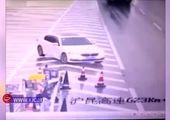 تصادف وحشت آور کامیون با تابلو راهنمای مسیر + فیلم